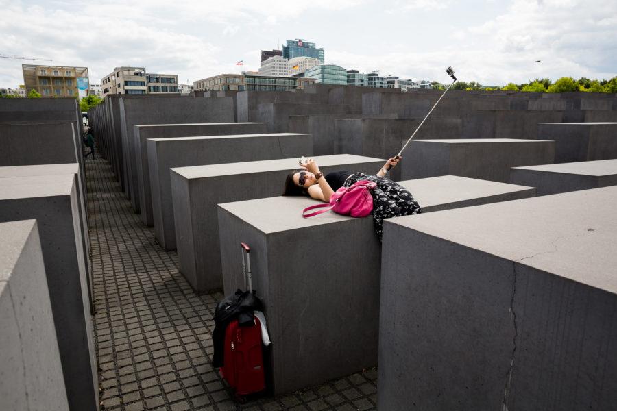 """Der Tourismus an Orte des Leides und des Todes und an Plätze, an denen Tragödien und Katastrophen stattgefunden haben wird """"Dark Tourism"""" genannt. Was treibt Menschen an, solche Stätten zu erkunden? Ist es die Faszination am Bösen, am Tod? Ist es das Interesse an geschichtlicher Bildung oder reiner Voyeurismus und Neugier?"""